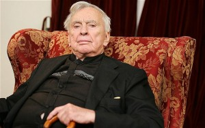 "(FILES) This file photo taken on October...(FILES) This file photo taken on October 5, 2006 shows US author Gore Vidal posing for a photo in his Los Angeles home.  Vidal, the iconoclastic commentator on American life and history in works like ""Lincoln"" and ""Myra Breckenridge,"" died at age 86, the Los Angeles Times reported on July 31, 2012.     AFP PHOTO / FILES / Robyn BeckROBYN BECK/AFP/GettyImages"
