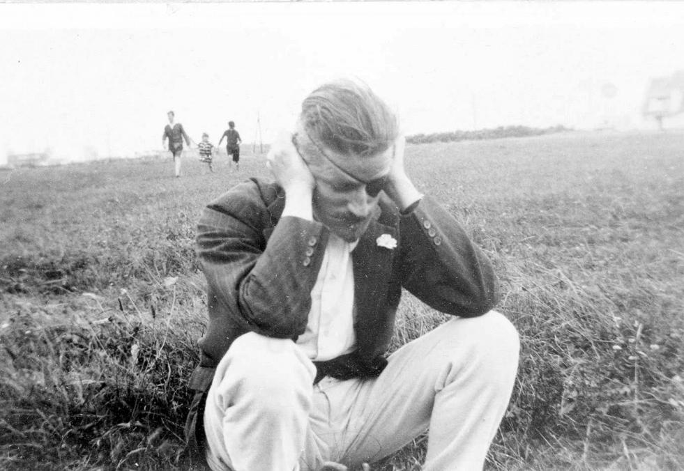 crouching-Joyce