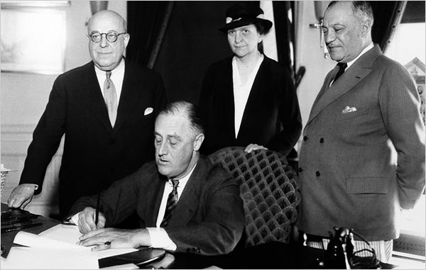 Franklin Roosevelt signs the National Labor Relations Act of 1935 (Public domain).